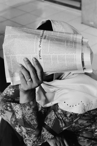 1999-Femme au journal